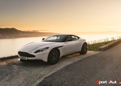 AstonMartinDB11V8-71